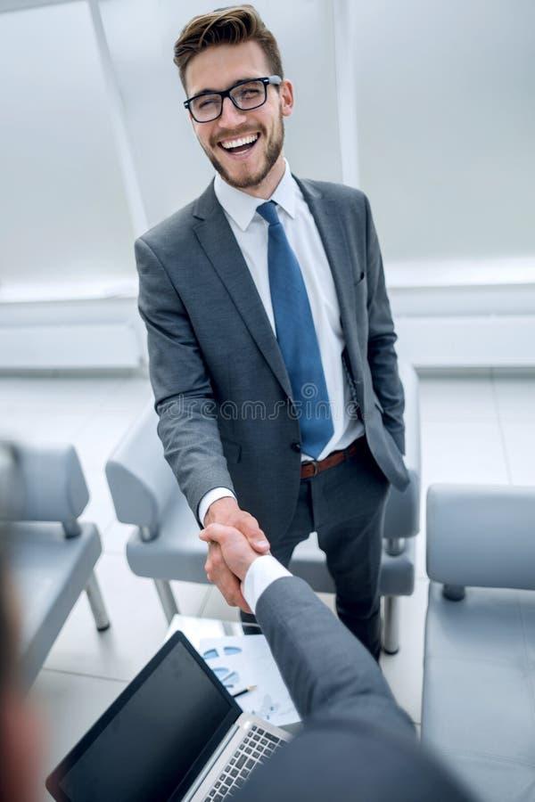 конец вверх усмехаясь бизнесмен тряся руки с финансовым юристом стоковые изображения rf