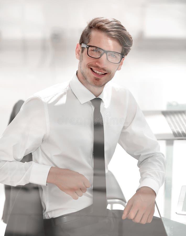 конец вверх успешный молодой бизнесмен сидя в стуле стоковые фотографии rf