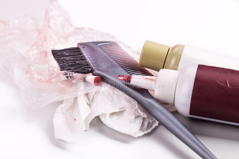 Конец-вверх химического комплекта краски цвета волос с щеткой гребня стоковая фотография rf