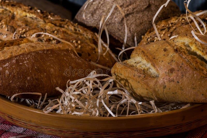 Конец-вверх хлебов ремесленника в корзине стоковые изображения rf