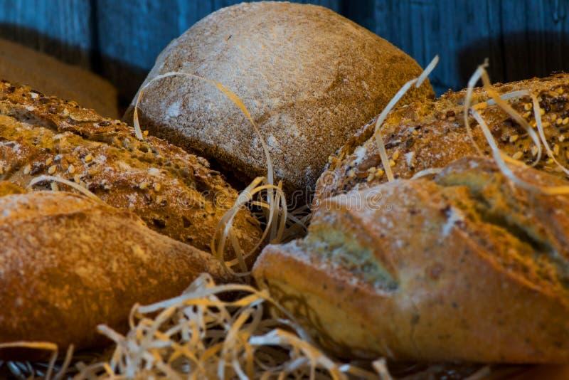 Конец-вверх хлебов ремесленника в корзине стоковая фотография
