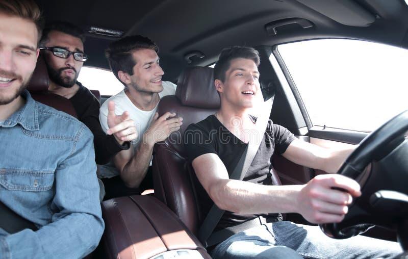 конец вверх хорошие друзья управляют в автомобиле стоковое изображение rf