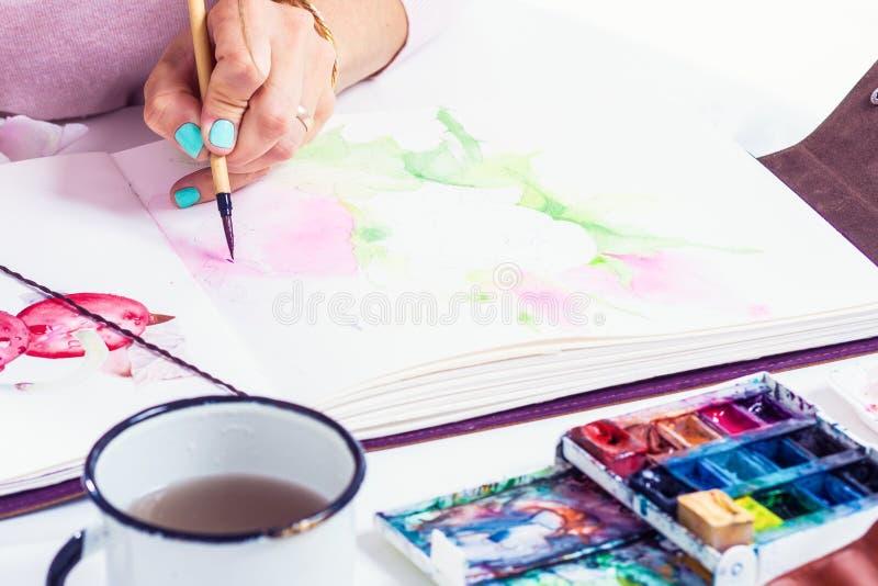 Конец-вверх художника рисует стоковая фотография