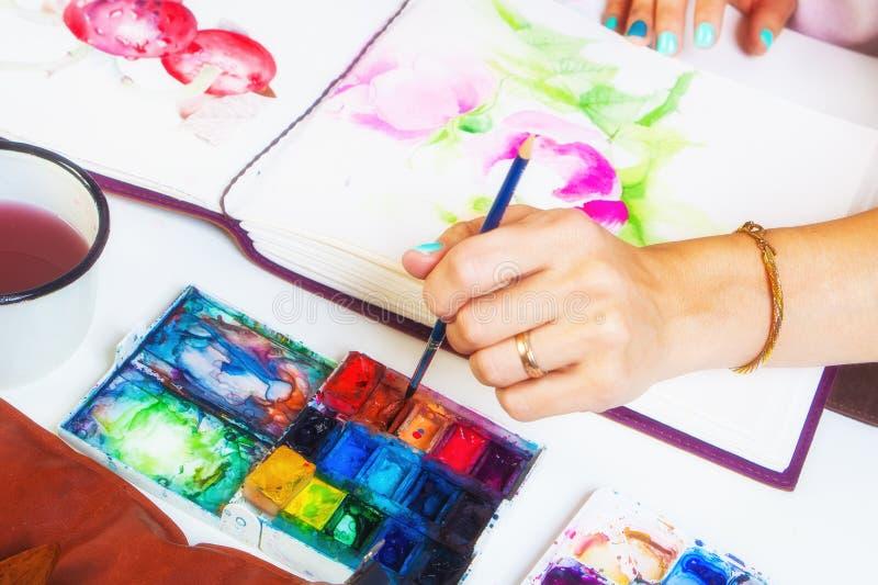 Конец-вверх художника рисует стоковые изображения
