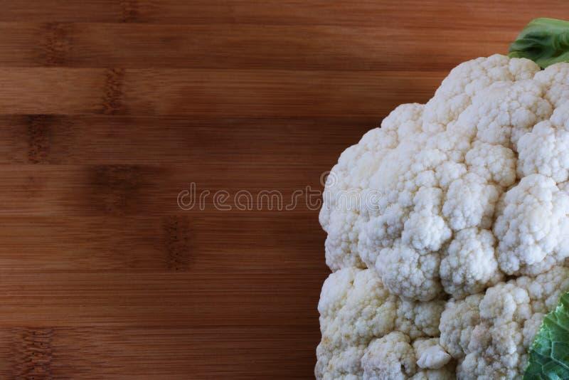 Конец-вверх цветной капусты на деревянной предпосылке, сборе осени стоковое фото