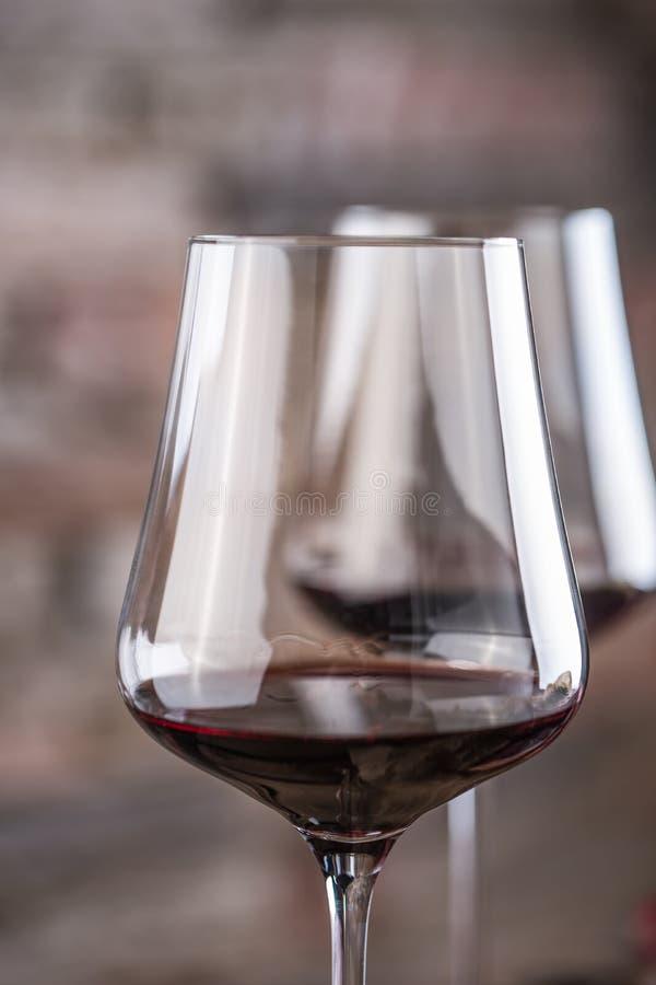 Конец-вверх 2 чашки с красным вином в ресторане стоковые изображения rf