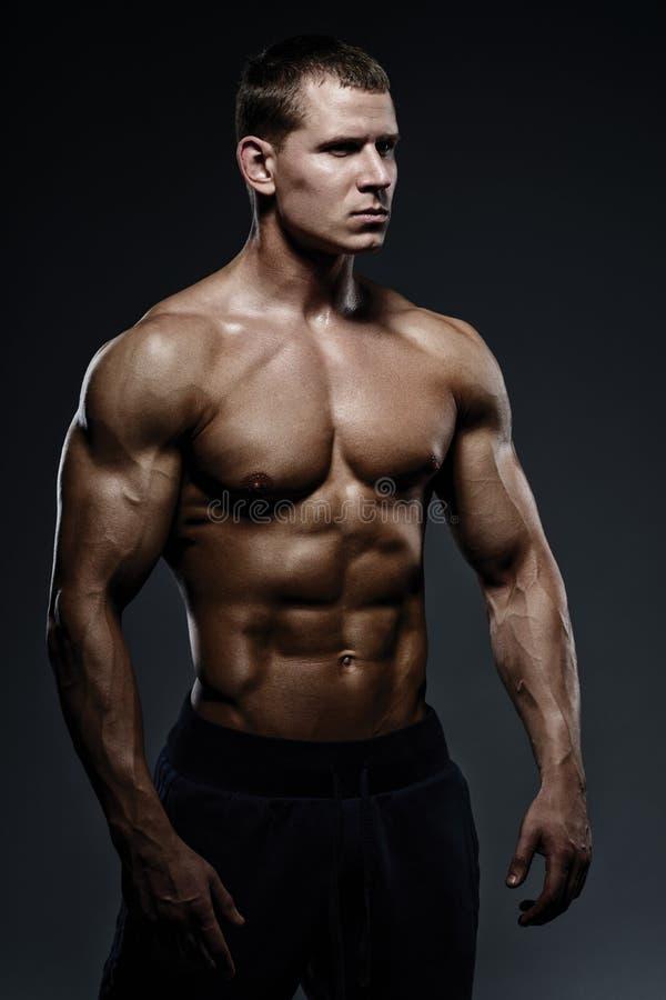 Конец-вверх человека фитнеса силы Сильный и красивый молодой человек w стоковые изображения rf