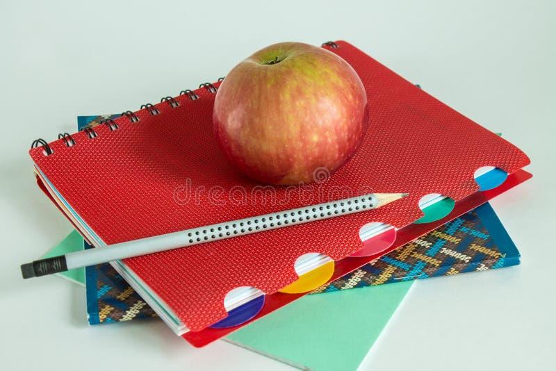 Конец-вверх школьных принадлежностей и Яблока стоковые фото