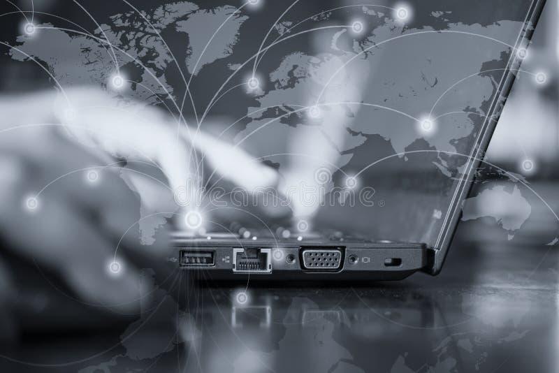 Конец вверх шлица интернета подключен к компьютеру Рука стоковое фото rf