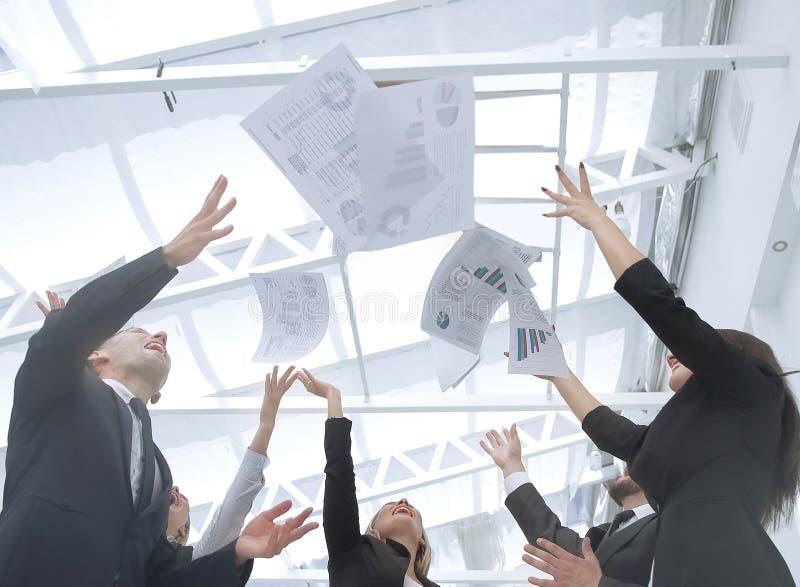 конец вверх exultant команда дела после подписания контракта стоковые фото