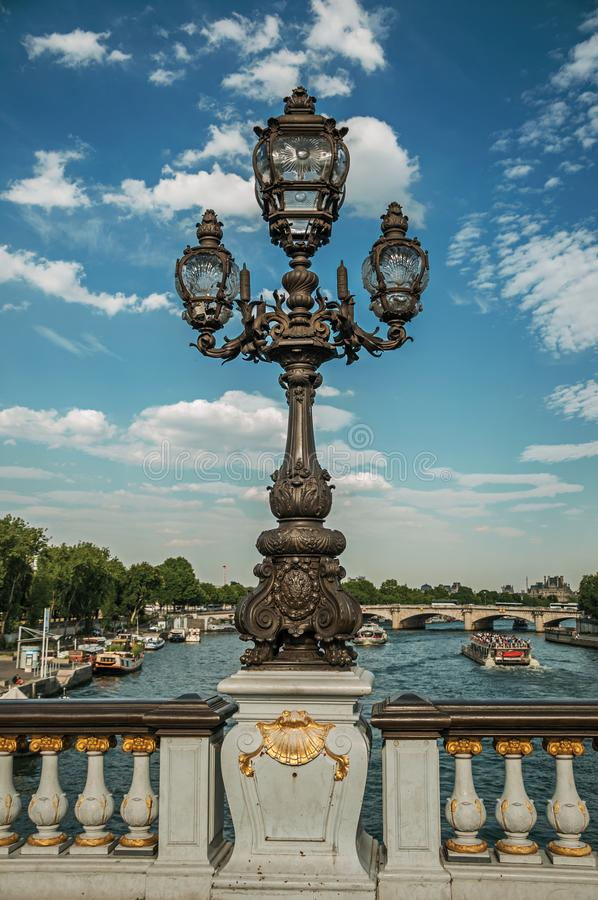 Конец-вверх lavishly украшенной лампы на мосте Александра III на Реке Сена в Париже стоковые фото