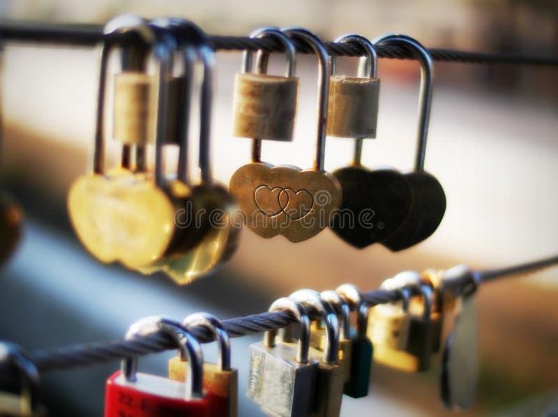 Конец-вверх padlock формы сердца на перилах моста, Любляне, Словении, Европе стоковые изображения rf