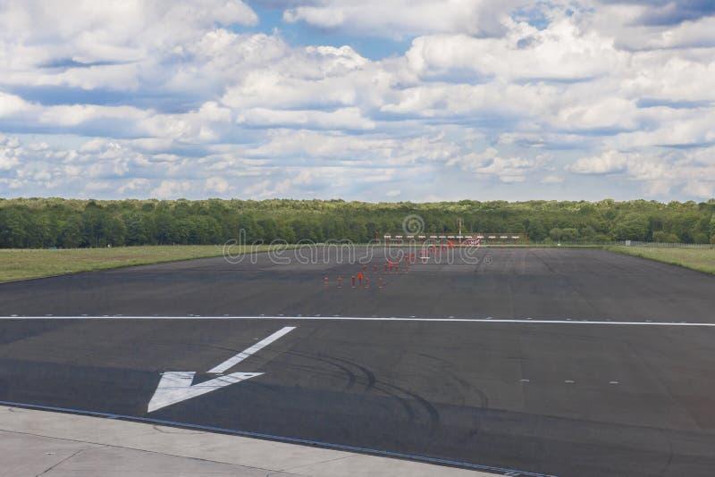 Конец взлётно-посадочной полосы стоковые фото