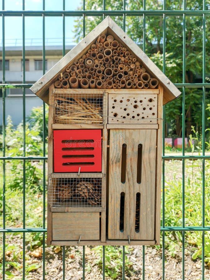 Конец деревянной гостиницы насекомого в саде стоковая фотография
