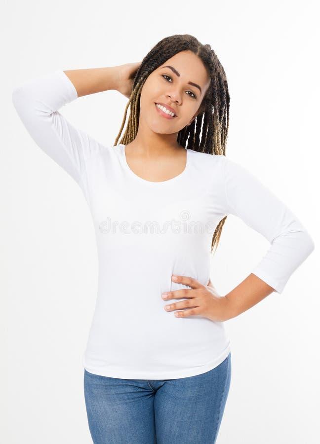 Конец дизайна футболки лета и концепции людей вверх молодой афро американской женщины в пустой футболке белизны шаблона Насмешка  стоковая фотография
