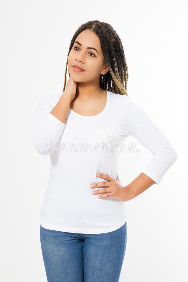 Конец дизайна футболки лета и концепции людей вверх молодой афро американской женщины в пустой футболке белизны шаблона Насмешка  стоковое фото rf
