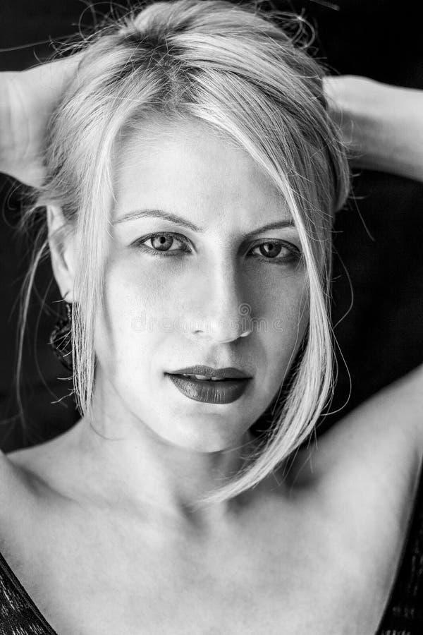 Конец женщины красоты белокурый вверх в черной предпосылке стоковое фото rf