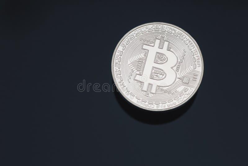 Конец знака внимания монетки cryptocurrency Bitcoin вверх очистил золотой макрос с ровным черным космосом предпосылки и экземпляр стоковые фото