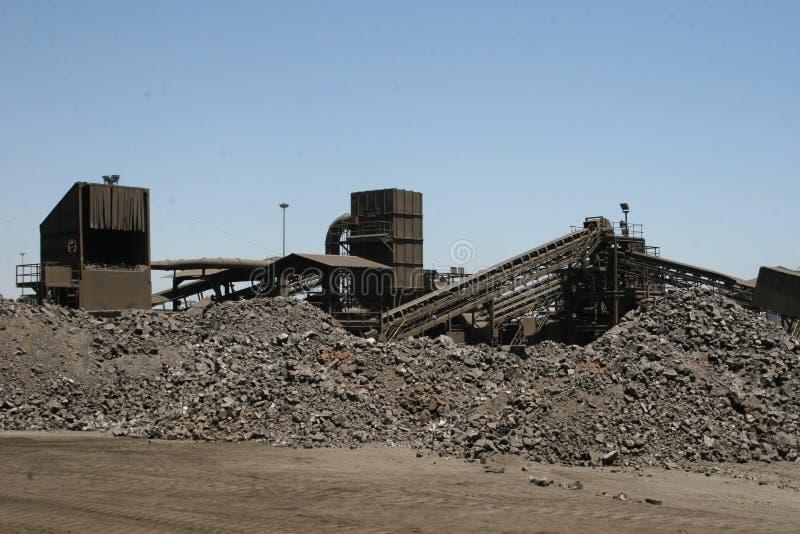 Конец игры – наваливает silicomanganese сплава на заводе по обработке металла стоковые фотографии rf