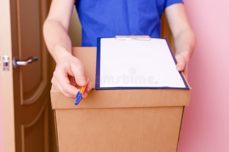 Конец изображения вверх курьера с ручкой, чистым листом бумаги, картонной коробки стоковые изображения rf