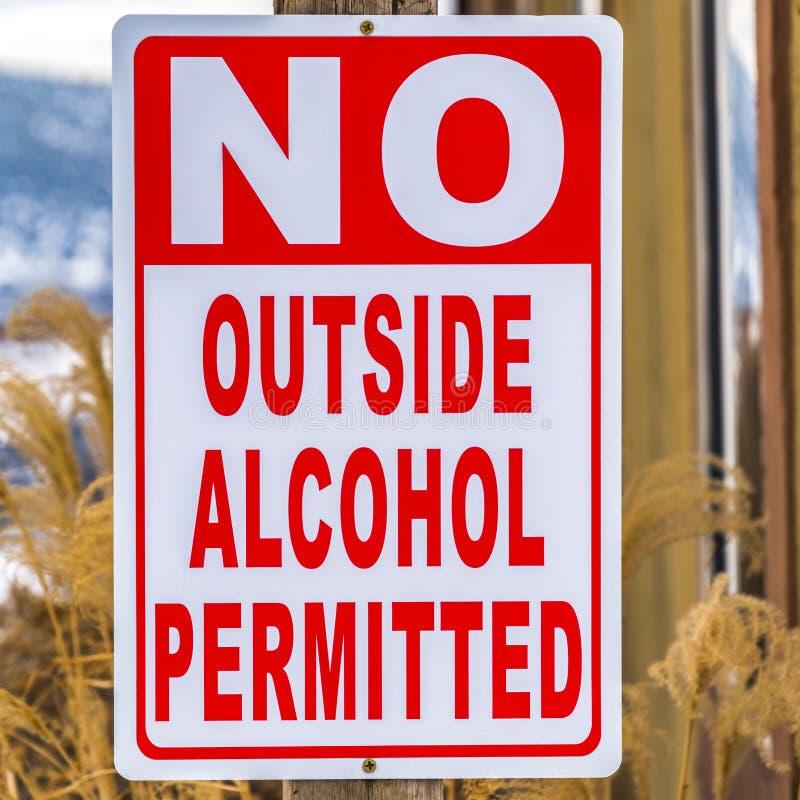 Конец квадрата вверх по взгляду столба знака который не читает никакой внешний позволенный алкоголь стоковые фото