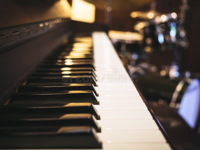 Конец клавиатуры рояля вверх по классической музыке стоковые фото