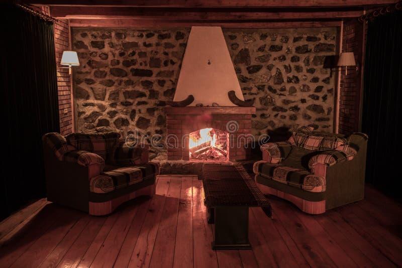 Конец концепции вечера горящего камина осени или зимы уютный вверх Закройте вверх по съемке горящего швырка в камине стоковое изображение rf
