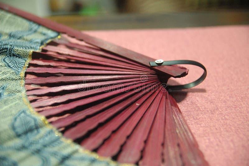 Конец красного цвета вентилятора руки женщины деревянный вверх стоковые изображения rf