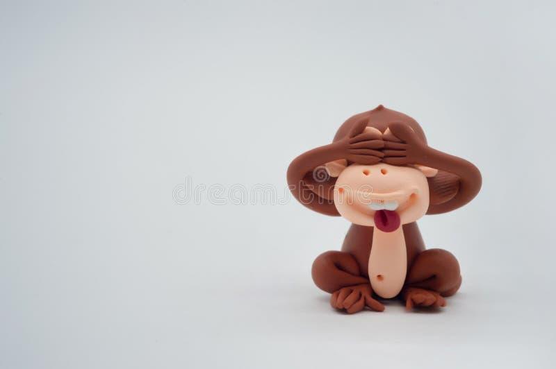 Конец куклы обезьяны Брайна наблюдает на белой предпосылке стоковые изображения rf
