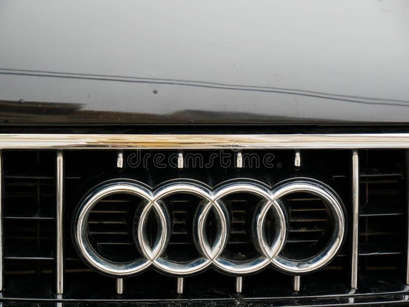 Конец логотипа Audi вверх по съемке стоковое изображение