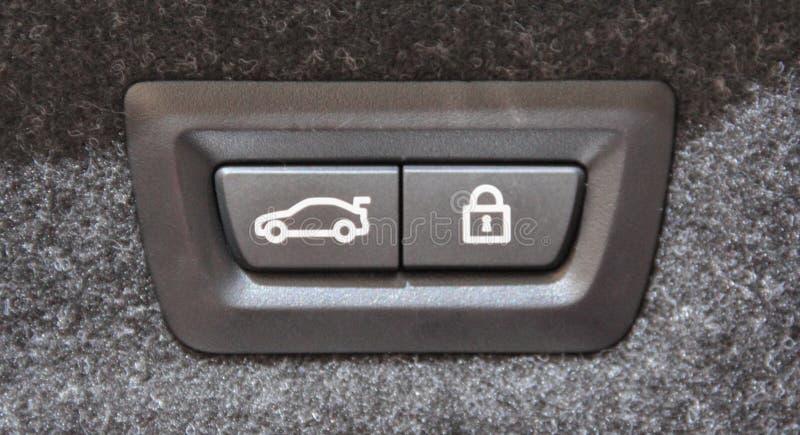 Конец макроса вверх по взгляду кнопок замыкания багажника автомобиля стоковая фотография