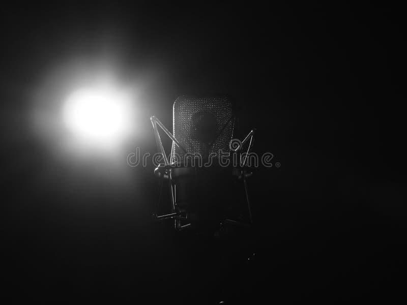 Конец микрофона музыки студии вверх в ядровой студии звукозаписи стоковое изображение rf