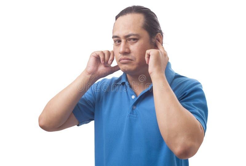 Конец молодого человека его уши не хотят слышать что-то плохое стоковые фото
