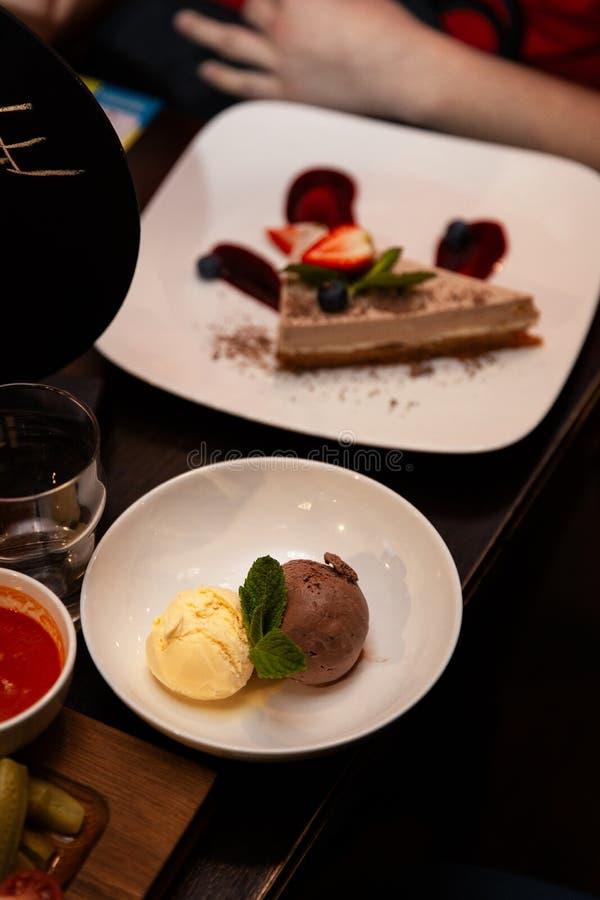 Конец мороженого и торта десерта вверх на таблице стоковая фотография