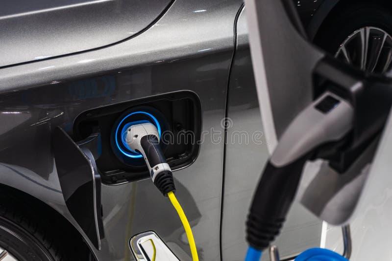 Электропитание для поручать электрического автомобиля Конец натюрморта вверх поставки силового кабеля поручая электрический автом стоковые фотографии rf