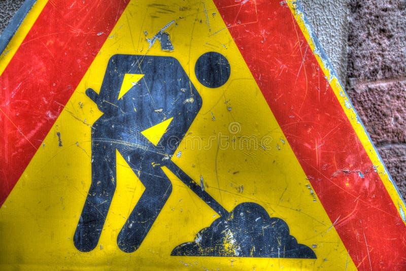 Конец дорожного знака работы в процессе вверх стоковые фотографии rf