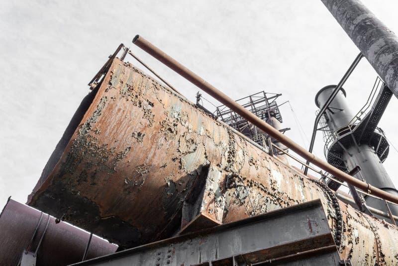 Конец очень большой трубы металла, распадаясь промышленного места стоковое изображение