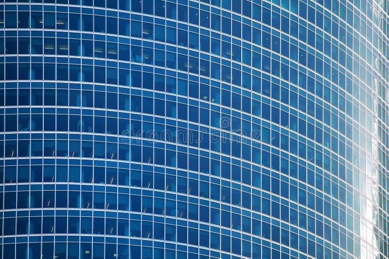 Конец поверхности стены небоскреба синего стекла вверх, современный взгляд делового центра, финансовый район города, дизайн рекла стоковая фотография rf