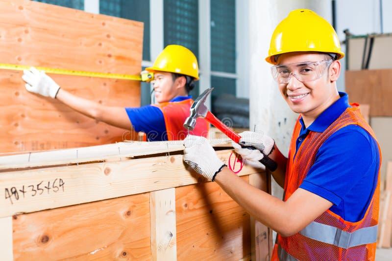 Download Конец работника деревянная коробка с молотком и ногтем Стоковое Изображение - изображение насчитывающей занятие, предохранение: 41662829