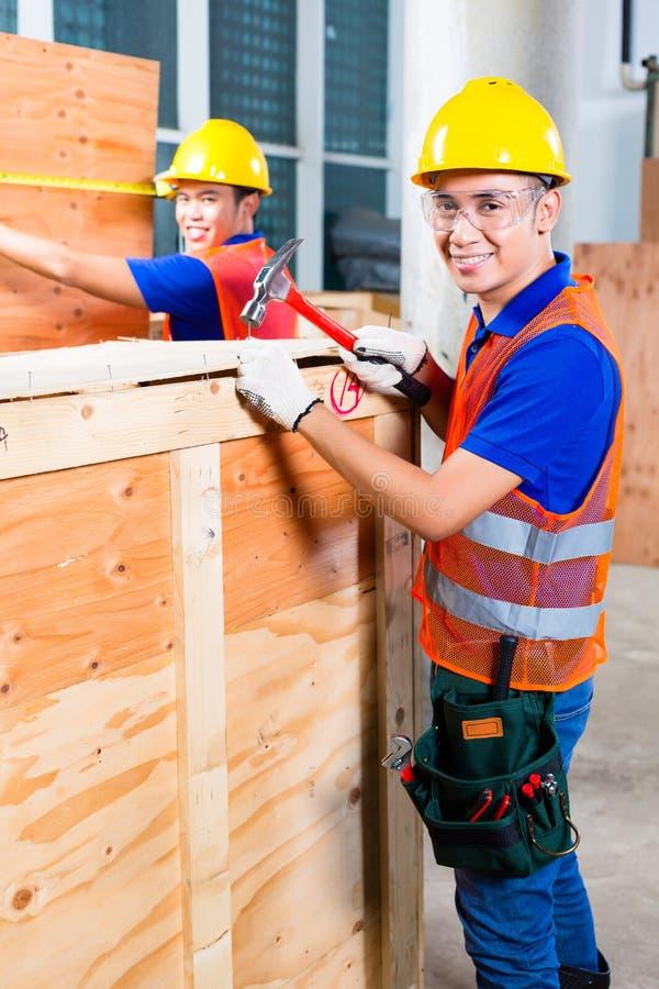 Download Конец работника деревянная коробка с молотком и ногтем Стоковое Фото - изображение насчитывающей работник, лом: 41662958