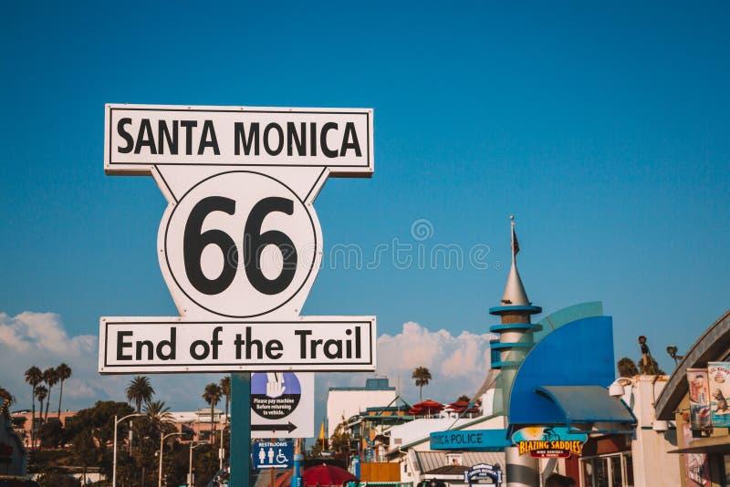 Конец Санта-Моника знака трассы 66 стоковое изображение