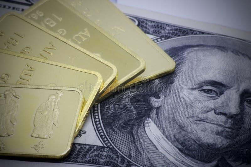 Конец слитка бара золота вверх на белой предпосылке, конце слитка бара золота вверх на предпосылке доллара денег США стоковое фото