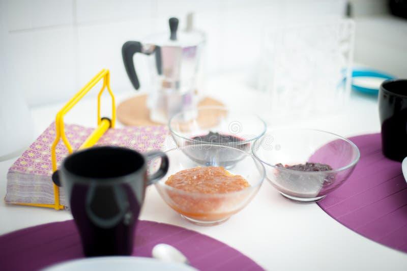 Конец таблицы завтрака установленный вверх, фокус на шарах мармелада стоковые изображения rf