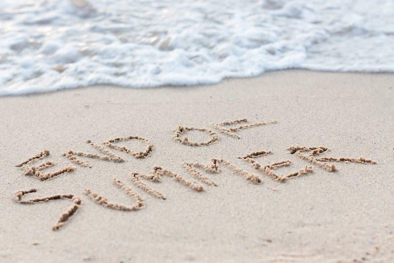 Конец текста лета на пляже стоковая фотография rf