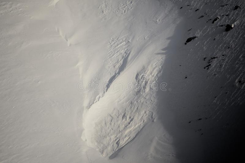 Конец текстуры снега зимы вверх по трудному свету стоковая фотография