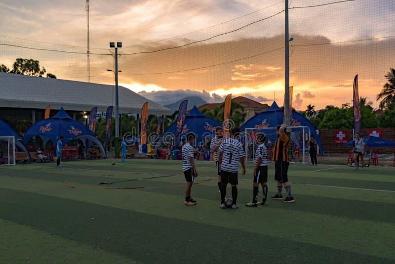 Конец турнира футбола, игроки стоя на sward стоковое фото rf