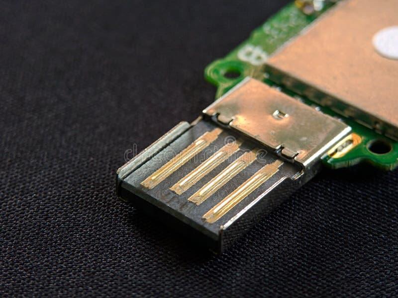 Конец универсальной последовательной шины USB вверх на черной текстуре фона стоковые изображения