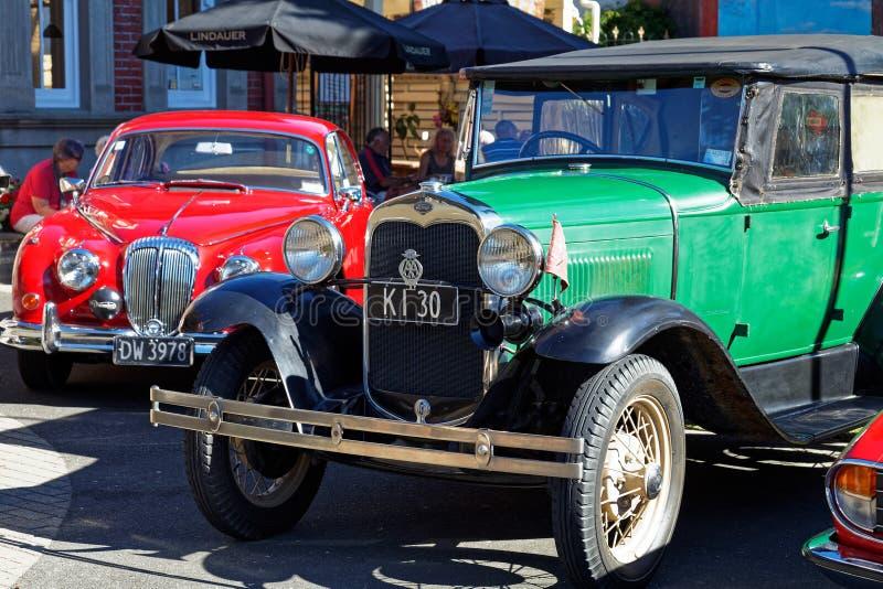 Конец ягуара и Форда вверх на винтажном шоу автомобиля в главной улице Motueka перед музеем стоковая фотография
