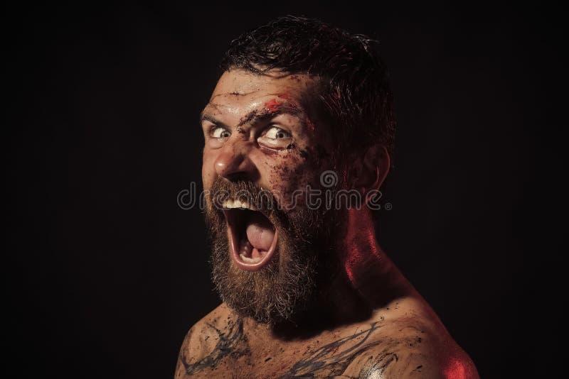 Конец fece человека фотомодели вверх Человек стороны с счастливой эмоцией Битник с бородой, окриком усика с ужасом на черноте стоковые изображения