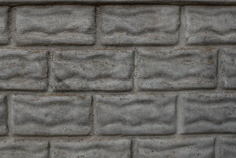 Конкретная загородка отклонение в форме bricklaying покрыта с грязью и мхом время от времени стоковые изображения rf